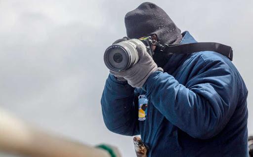 El cazador de eclipses tomando una foto