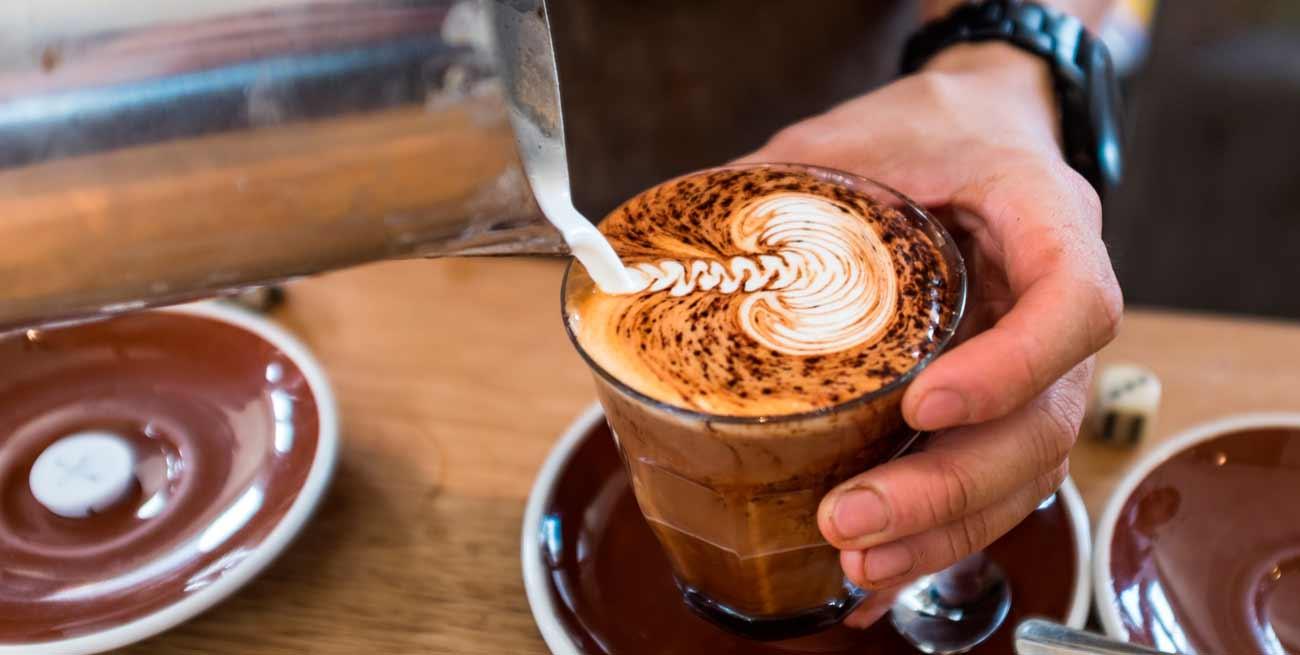 Baristas sirviendo café