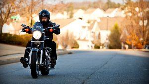 hombre conduciendo en motocicleta