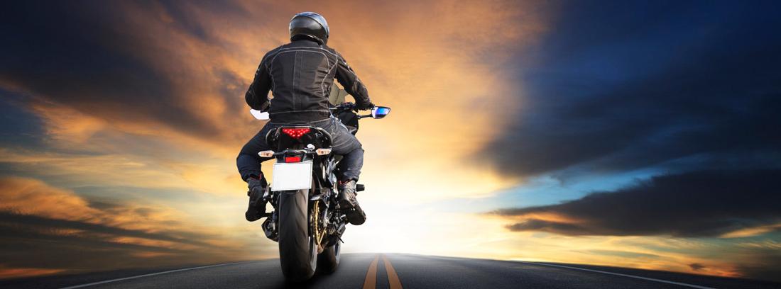 hombre conduciendo en moto