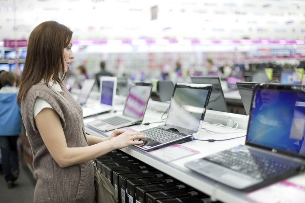 mujer comprando laptop